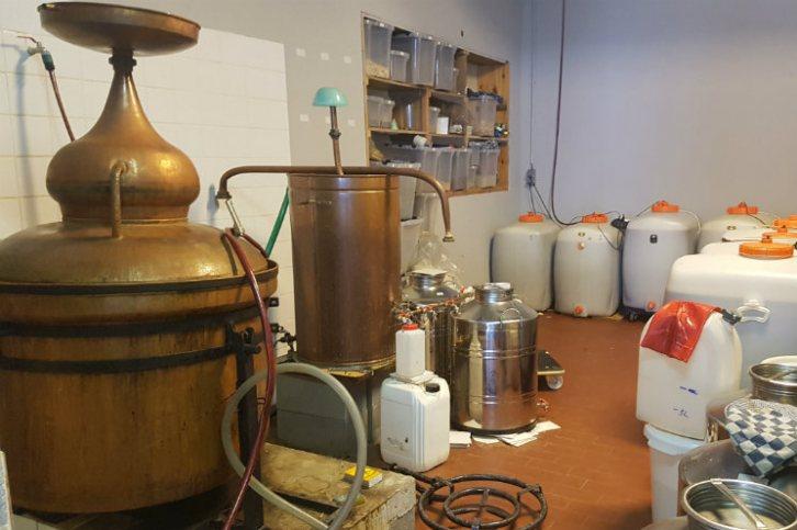 L'alambic en cuivre et les cuves de fermentation chez Dr Clyde